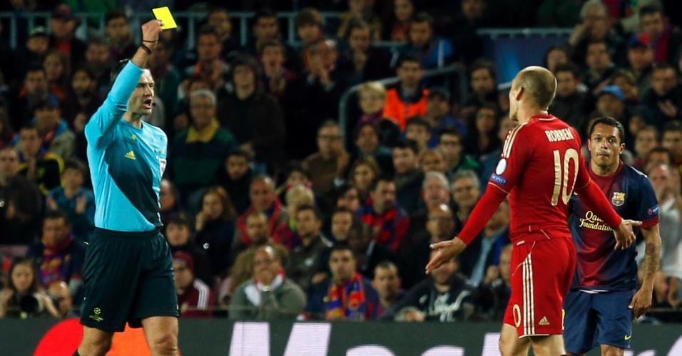 01.mai.2013 -Atacante do Bayern de Munique, Arjen Robben (d.) reclama ao receber cartão amarelo na partida contra o Barcelona