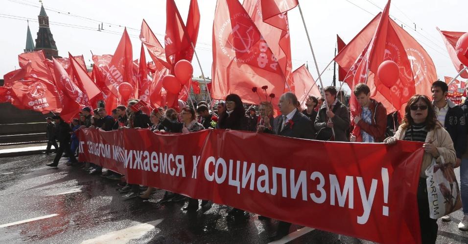 1°.mai.2013 - Militantes do Partido Comunista russo fazem manifestação pelo Dia Internacional do Trabalho em Moscou, na Rússia, nesta quarta-feira