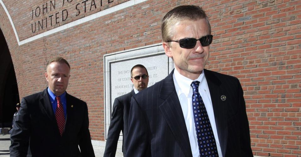 1º.mai.2013 - O agente especial do FBI Richard DesLauriers (à dir.), encarregado das investigações sobre o atentado de Boston, deixa a sede do Tribunal Federal de Boston, após três estudantes universitários detidos por suposto envolvimento no atentado serem formalmente acusados por obstrução à justiça e de mentir para a polícia durante a investigação