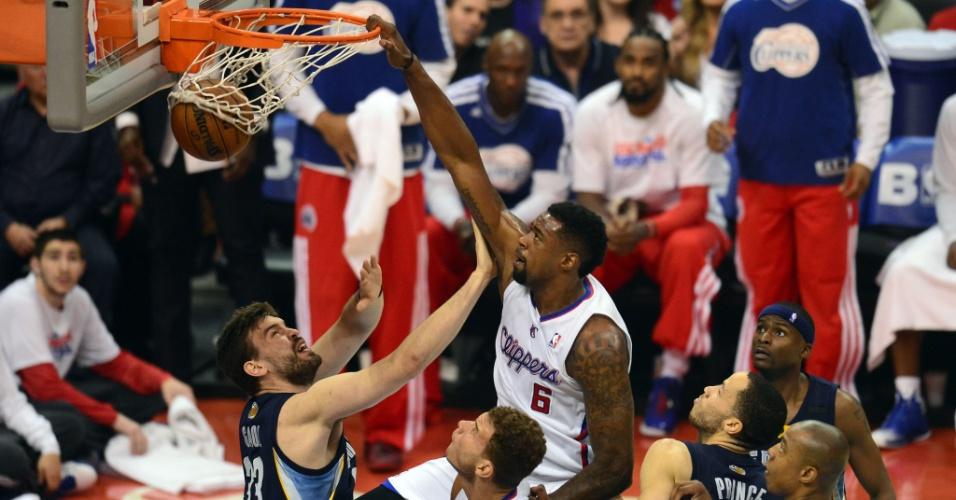 30.04.2013 - DeAndre Jordan enterra em cima da marcação de Marc Gasol na partida entre Los Angeles Clippers e Memphis Grizzlies
