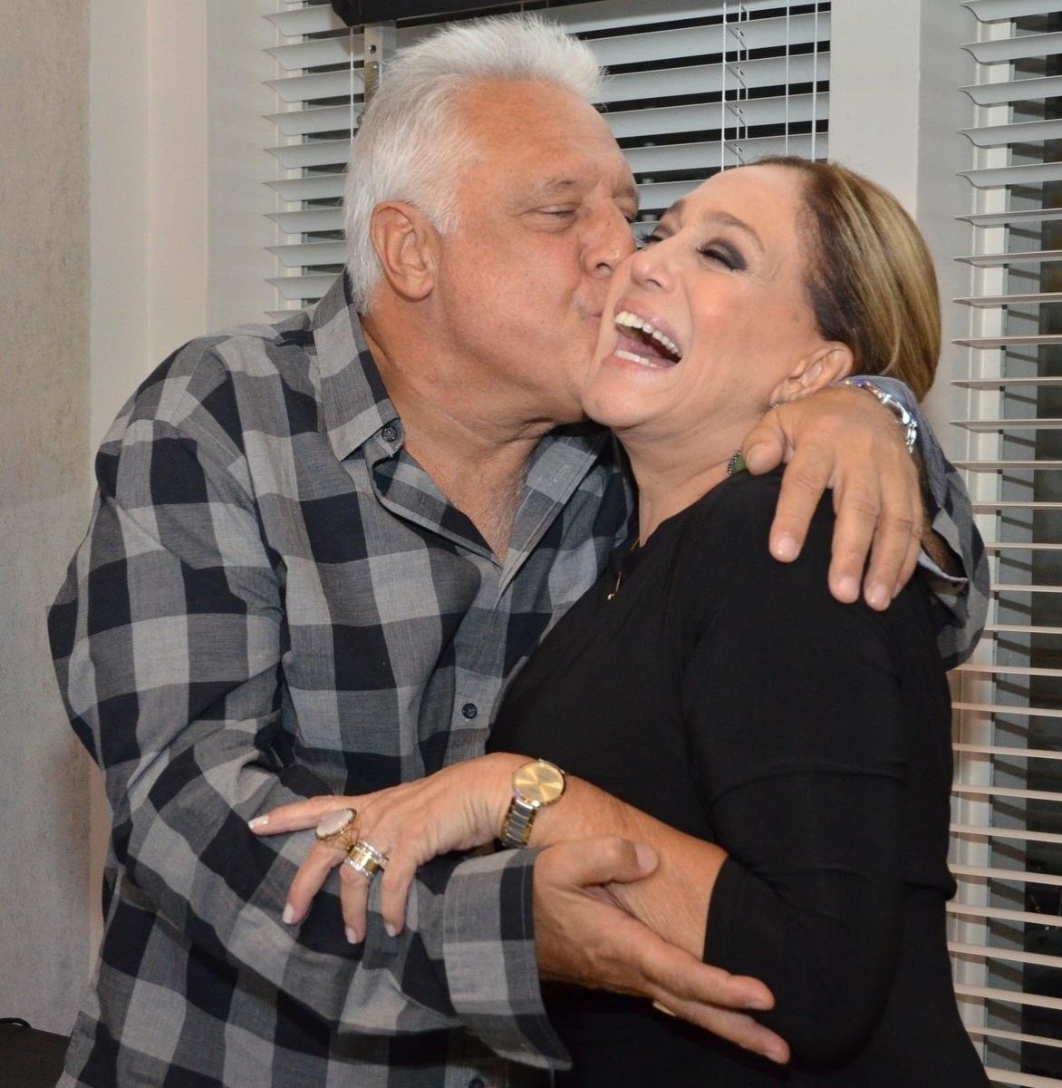 30.abr.2013 - Antônio Fagundes dá beijo em Susana Vieira na coletiva de lançamento da novela