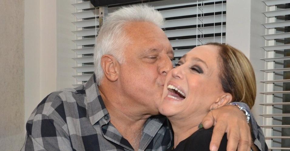 """30.abr.2013 - Antônio Fagundes dá beijo em Susana Vieira na coletiva de lançamento da novela """"Amor à Vida"""" no Projac, no Rio de Janeiro"""
