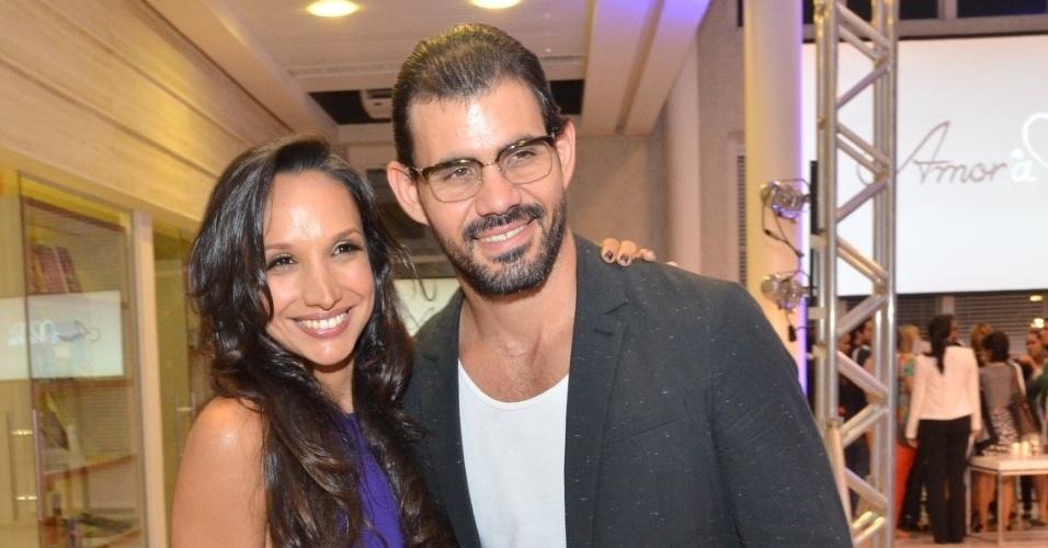"""30.abr.2013 - Maria Naya e Juliano Cazarré posam para fotos no lançamento da novela """"Amor à Vida"""" no Projac, no Rio de Janeiro"""