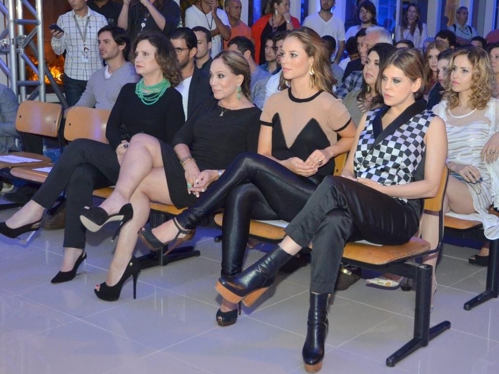 30.abr.2013 - Rosamaria Murtinho, Susana Vieira, Paola Oliveira e Bárbara Paz sentam juntas em lançamento da novela