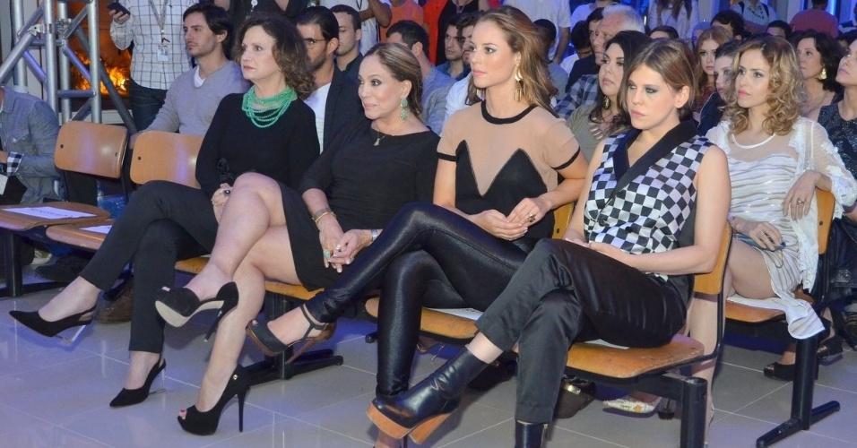 """30.abr.2013 - Rosamaria Murtinho, Susana Vieira, Paola Oliveira e Bárbara Paz sentam juntas em lançamento da novela """"Amor à Vida"""" no Projac, no Rio"""