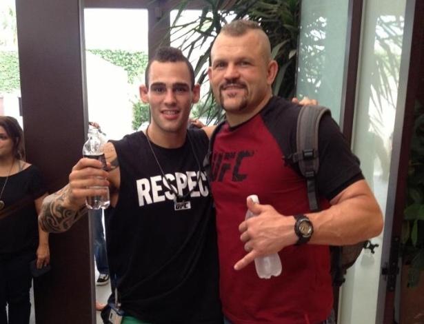 Argentino Santiago Ponzinibbio, do TUF Brasil 2, posa com o ex-campeão do UFC Chuck Liddell aposta visita do norte-americano ao reality show