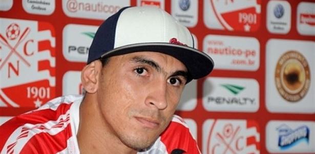 O zagueiro Luiz Eduardo concede entrevista após treino do Náutico