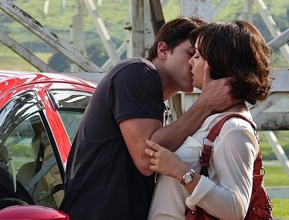 """2.mai.2013 - Em """"Sangue Bom"""", Tito quase beija Renata"""