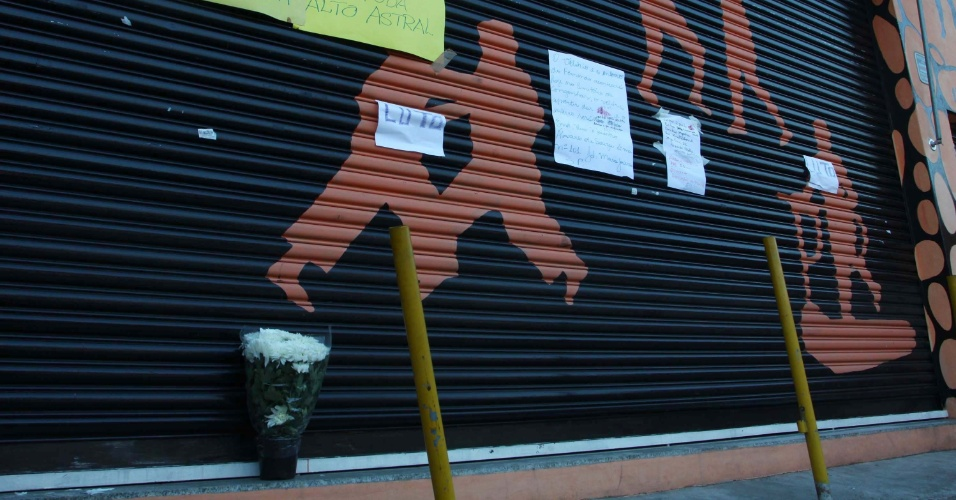 2.mai.2013 - Flores e cartazes são colocados no portão de uma academia de ginástica no Jardim Maristela, na zona norte de São Paulo, em homenagem ao dono do empreendimento, Fernando Guerreiro Abdalla, 29, morto a tiros durante um assalto
