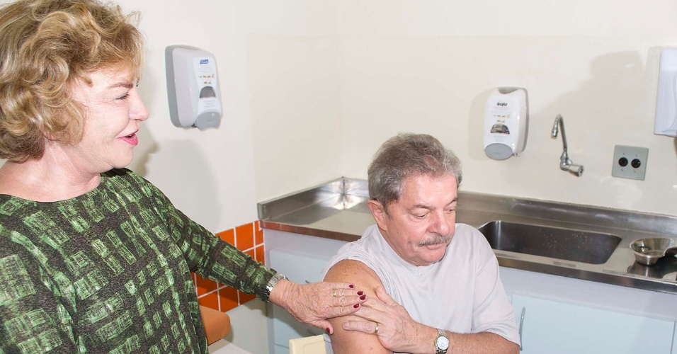 2.mai.2013 - O ex-presidente Lula, ao lado da mulher, Marisa Letícia, recebe vacina contra a gripe no UBS (Unidade Básica de Saúde) do bairro Selecta, em São Bernardo do Campo (SP), na manhã desta quinta-feira (2). Marisa e o prefeito de São Bernardo do Campo, Luiz Marinho, também se vacinaram
