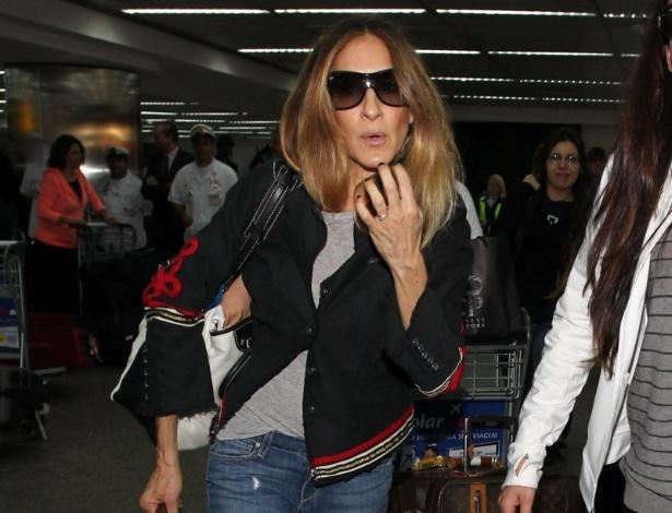 2.mai.2013 - Sarah Jessica Parker desembarca no aeroporto internacional de SP