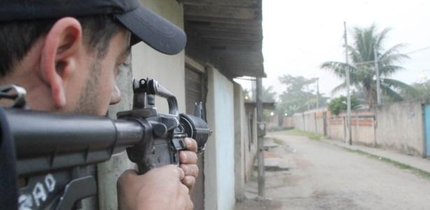 Policiais do 27º BPM (Santa Cruz) realizam operação na favela do Rola, na zona oeste