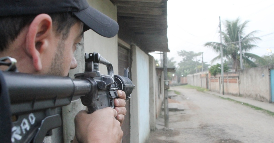 2.maio.2013 - Policiais do 27º BPM (Santa Cruz) realizam na manhã desta quinta-feira (2) uma operação na favela do Rola, na zona oeste do Rio de Janeiro. A polícia trocou tiros com bandidos e apreendeu drogas durante a operação