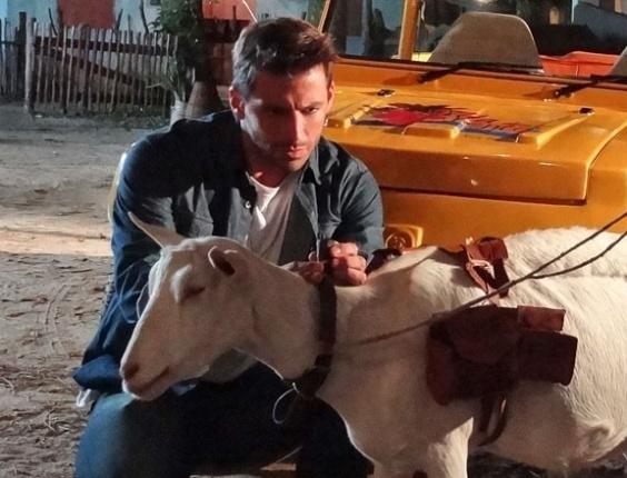 """3.mai.2013 - Em """"Flor do Caribe"""", Cassiano encontra pedra que pode valer uma fortuna em Ariana"""