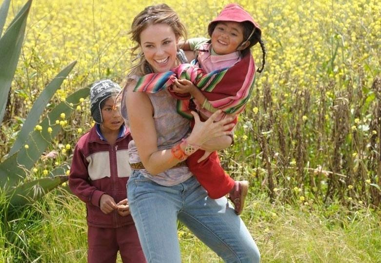 """A atriz Paolla Oliveira brinca com crianças peruanas durante gravações da nova novela das nove, """"Amor à Vida"""". Ela será uma estudante de medicina, que abandona tudo e se apaixona por Ninho (Juliano Cazarré)"""