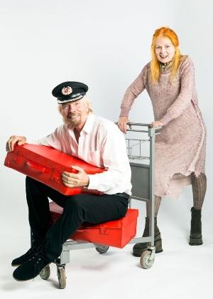 A estilista Vivienne Westwood e Richard Branson, presidente da Virgin Atlantic, em imagem de divulgação da linha de uniformes assinada pela inglesa - Divulgação