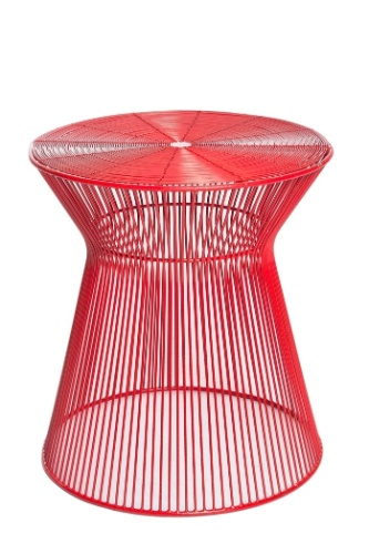 A mesa de metal pintada na cor vermelha mede 41 cm de diâmetro e o preço sugerido pela l?oeil (www.loeil.com.br) é de R$ 682 I Preços pesquisados em abril de 2013 e sujeitos a alterações