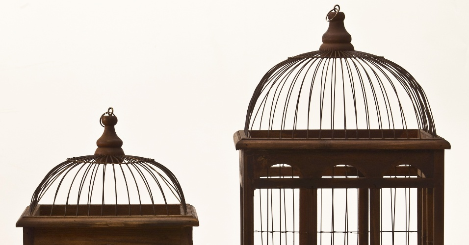 As gaiolas decorativas Catedral são feitas de madeira e ferro. Na Regatta Casa (www.regattacasa.com.br), a peça no tamanho P (56 cm por 27 cm) sai por R$ 480 e a no tamanho M (67 cm por 32 cm) custa R$ 540 I Preços pesquisados em abril de 2013 e sujeitos a alterações