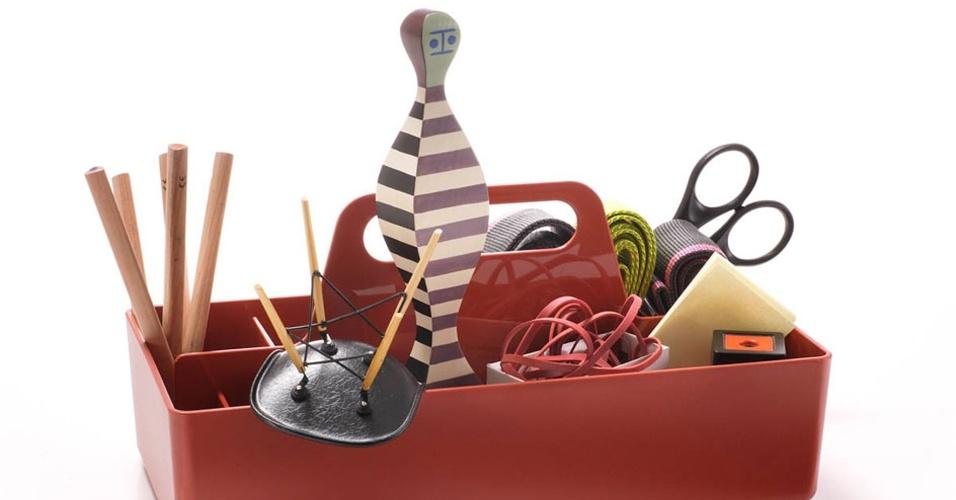Assinada pelo designer Arik Levy, a caixinha para organização Toolbox é feita de plástico e mede 32,7 cm por 16,7 cm por 8,1 cm. O item para casa está à venda na Vitra by Riccó (www.ricco.com.br) por R$ 174 I Preços pesquisados em abril de 2013 e sujeitos a alterações