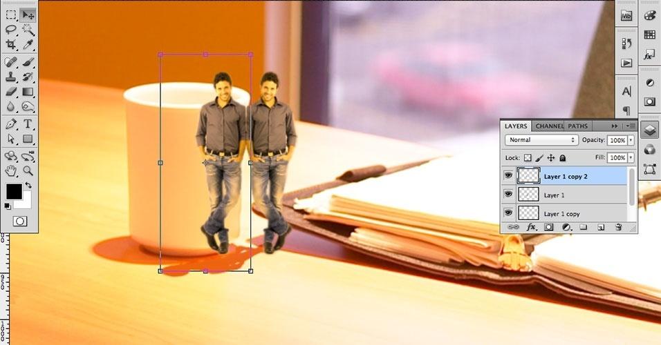 Com a Move Tool (Ferramenta Mover), arraste a cópia para onde o reflexo deve ficar