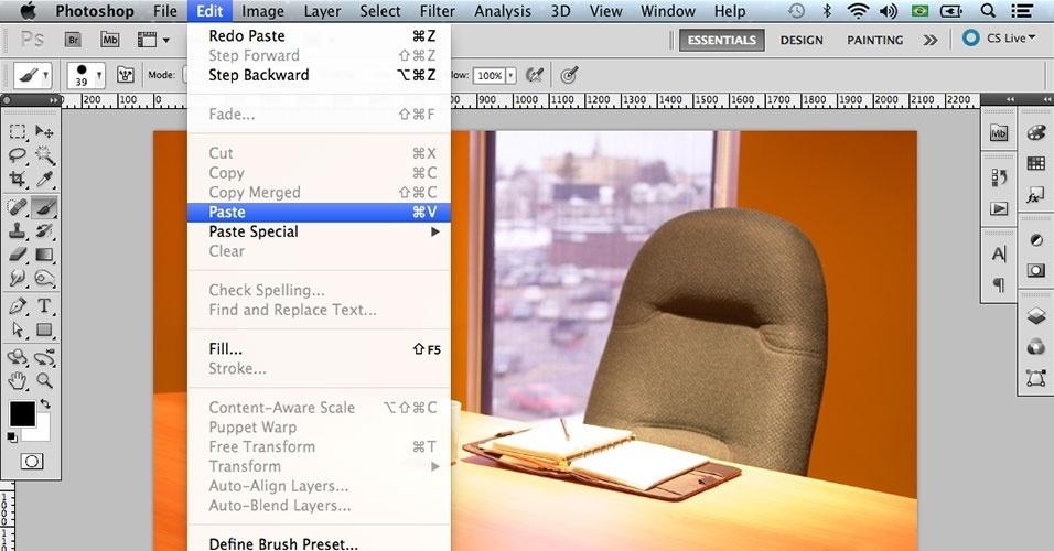 Copie a seleção da foto da pessoa em Edit > Copy (Editar > Copiar) ou dando um Ctrl + C. Cole-a sobre o cenário, utilizando Edit > Paste (Editar > Colar) ou Ctrl + V