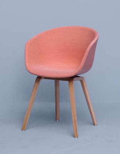 Criada pelo designer Hee Welling  para a marca HAY, a cadeira About a Chair AAC 23 tem estrutura de madeira. A peça mede 59 cm por 52 cm por 79 cm e pode ser comprada na Danish Design (www.danishdesign.com.br) por R$ 1.295 I Preços pesquisados em abril de 2013 e sujeitos a alterações