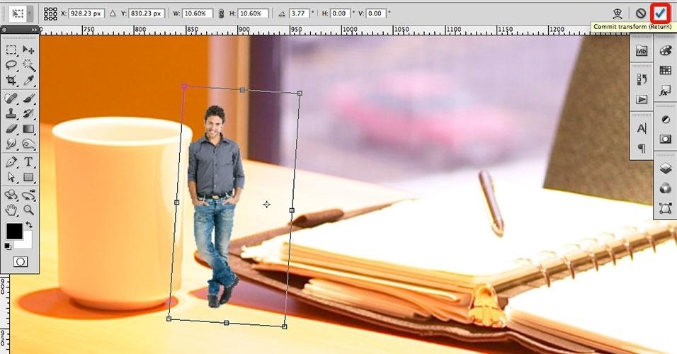 Dependendo do ângulo da foto do cenário, será necessário rotacionar levemente a imagem para que ela pareça mais natural. Utilize os controles de rotação nas bordas da seleção. Quando terminar, dê um Commit Transform (Confirmar Transformação), exibido no canto superior direito