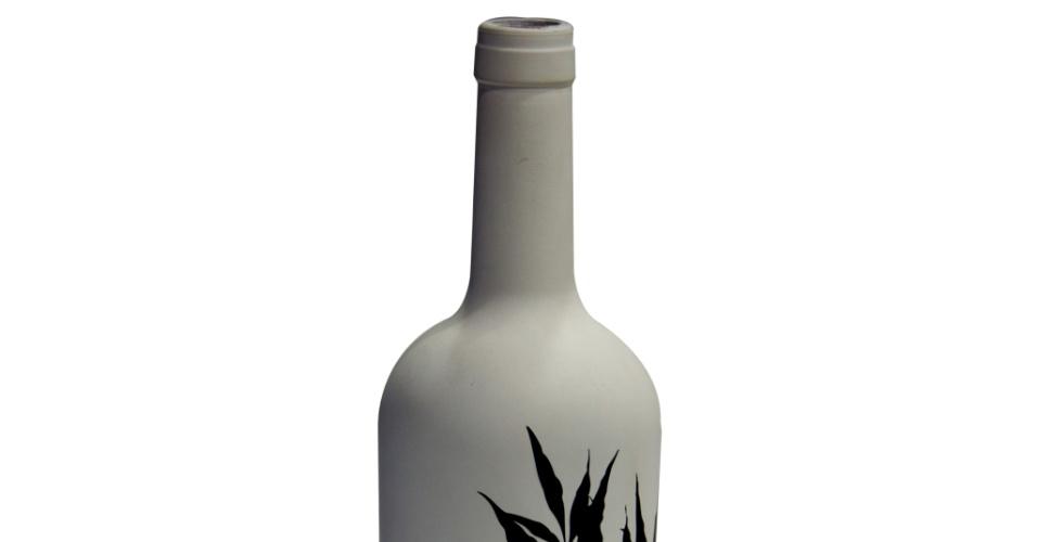 Desenvolvido com garrafa descartada, o vaso é uma peça assinada pelo designer Matias Tino para o Espaço Art?er. O objeto decorativo sai por R$ 200 (cada) na loja virtual da marca (www.espacoarter.com.br/lojavirtual) I Preços pesquisados em abril de 2013 e sujeitos a alterações