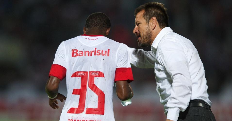 Dunga conversa com o meia Fred, durante jogo Santa Cruz-PE x Inter (01/05/13)