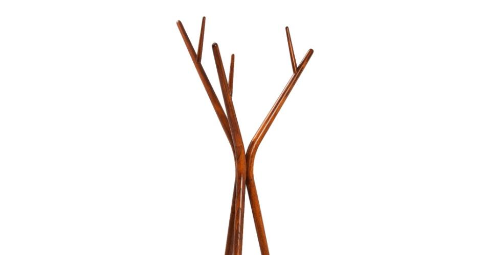 O mancebo Zweig (cabide para roupa) é assinado pela designer Rejane Carvalho Leite e possui base e hastes de madeira maciça. O item é vendido na Clami (www.clami.com.br) por R$ 2.089 I Preços pesquisados em abril de 2013 e sujeitos a alterações