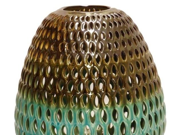 O porta vela é feito de cerâmica esmaltada vazada e pode ser comprado na Rafaella Medica Casa (www.rafaellamedina.com.br) por R$ 806 I Preços pesquisados em abril de 2013 e sujeitos a alterações