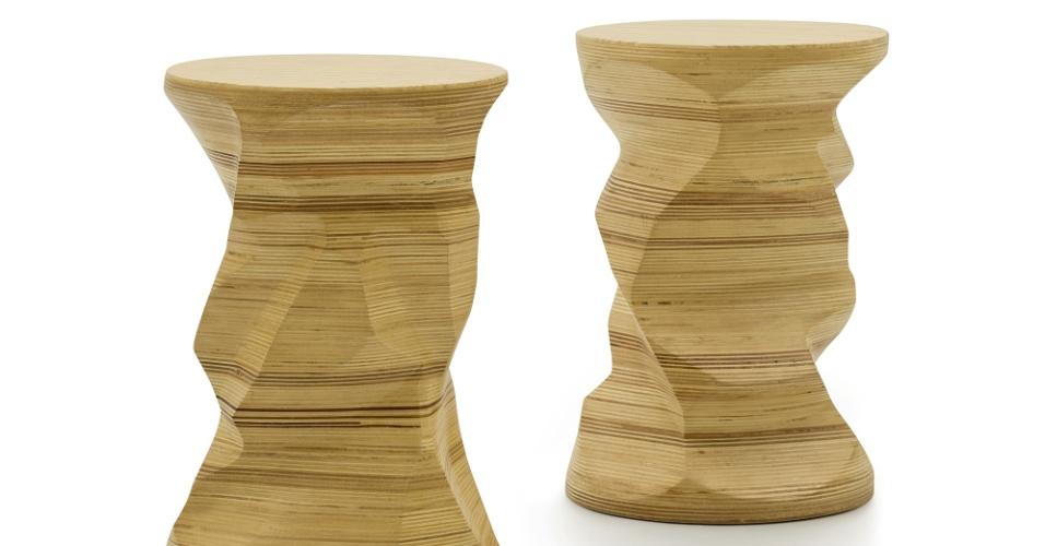 Os bancos C-38, do designer Paulo Alves, é feito de compensado de madeira, com acabamento em verniz incolor. Cada móvel mede 30 cm de diâmetro por 45 cm de altura e custa R$ 1.190 na Carbono (www.carbonodesign.com.br) I Preços pesquisados em abril de 2013 e sujeitos a alterações