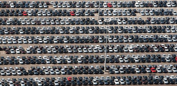 Pátio da Renault, em São José dos Pinhais (PR): 2015 ainda deixa marcas - ALBARI ROSA/GAZETA DO POVO