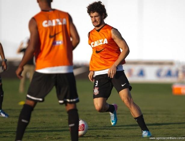 03.05.2014 - Alexandre Pato, atacante do Corinthians, treina no CT Joaquim Grava antes do clássico com o São Paulo