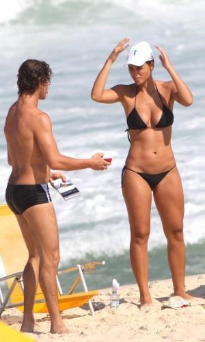 3.abr.2013 - O casal de atores Débora Nascimento e José Loreto aproveitaram a sexta de folga para tomarem sol e namorarem na praia da Reserva, no Rio