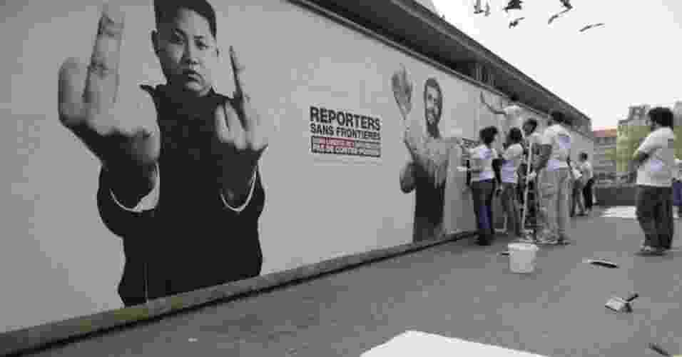 """3.mai.2013 - A organização Repórteres sem Fronteiras criou imagens de líderes de países que violam os direitos de liberdade de expressão para marcar o Dia Mundial da Liberdade de Imprensa, data instituída pela ONU e celebrada nesta sexta-feira (3). O slogan das comemorações deste ano é """"sem liberdade de informação não há contestação"""". As imagens nos cartazes são fotomontagens - Benoit Tessier/Reuters"""