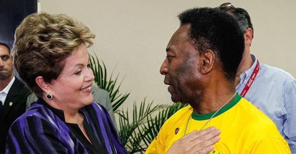 3.mai.2013 - A presidente Dilma Rousseff recebe de Pelé o título de sócia da ABCZ (Associação Brasileira dos Criadores de Zebu) durante abertura oficial da 79ª Expozebu 2013 (Exposição Internacional de Gado Zebu), no parque Fernando Costa, em Uberaba (MG)