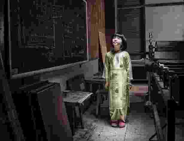 3.mai.2013 - O fotógrafo vietnamita Ho Quang realizou uma série de fotos retratando crianças pobres do Vietnã nos cenários em que gostariam de exercer a profissão de seus sonhos. Nesta foto, menina que sonha em ser professora - Ho Quang