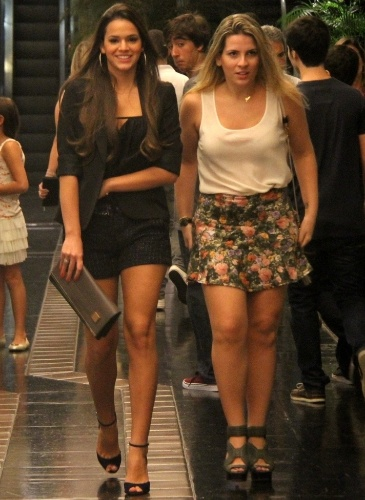 """3.mai.2013: De shortinhos e salto alto, Bruna Marquezine sai com amiga na sexta à noite. Sem o namorado, Neymar, Bruna foi assistir à peça """"Favela"""", no teatro Fashion Mall, no Rio"""
