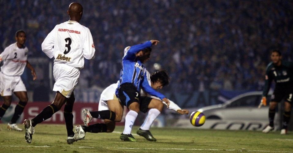 Ávalos derruba Diego Souza dentro da área em duelo entre Grêmio x Santos. em 2007