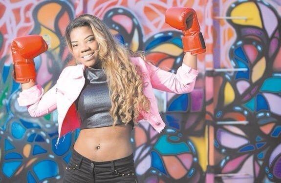 """Ela classifica o seu funk como """"da pesada"""". A letra da música diz: """"Ô, recalcada, escuta o papo da Beyonce/Não olha pro lado, quem tá passando é o bonde/ Se ficar de caozada, a porrada come"""""""