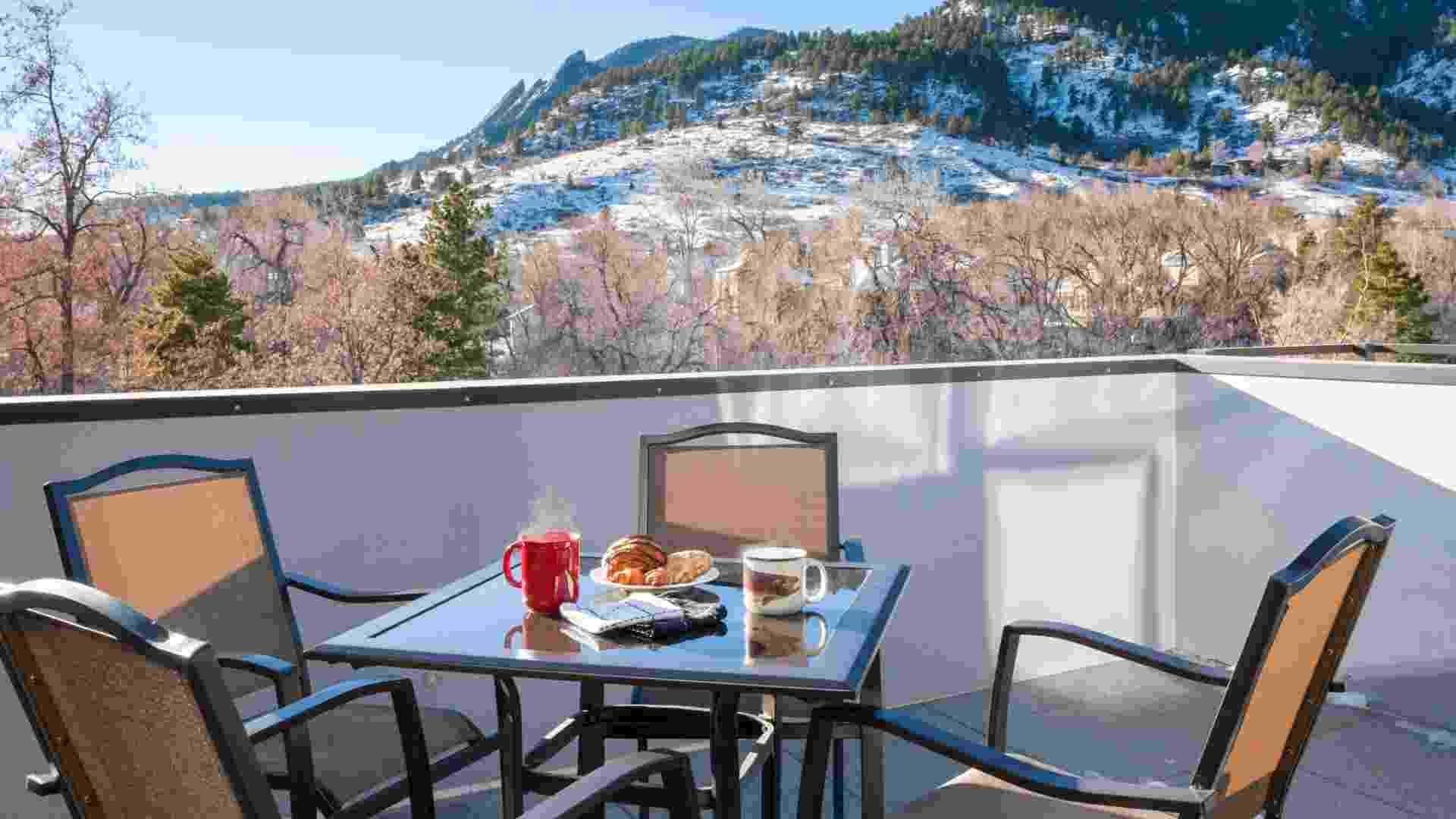 Do deck no segundo andar da casa de Bob e Dianne Bush, a bela paisagem da região serrana em Boulder, no estado do Colorado, nos EUA - Robert Reck/The New York Times