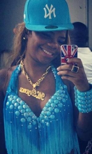 Moradora de uma comunidade de Duque de Caxias, no Rio de Janeiro, ela entrou no funk depois de ser convidada por amigos para virar uma MC