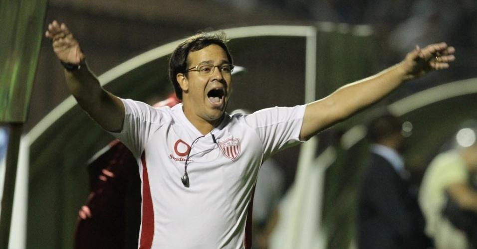 04.mai.2013 - Dado Cavalcanti, técnico do Mogi Mirim, grita com a equipe durante o jogo contra o Santos, na semifinal do Paulistão