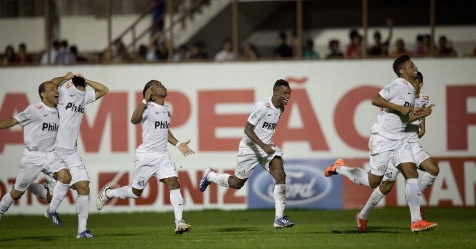 04.mai.2013 - Jogadores do Santos correm em direção ao goleiro Rafael para comemorar a vitória nos pênaltis sobre o Mogi Mirim