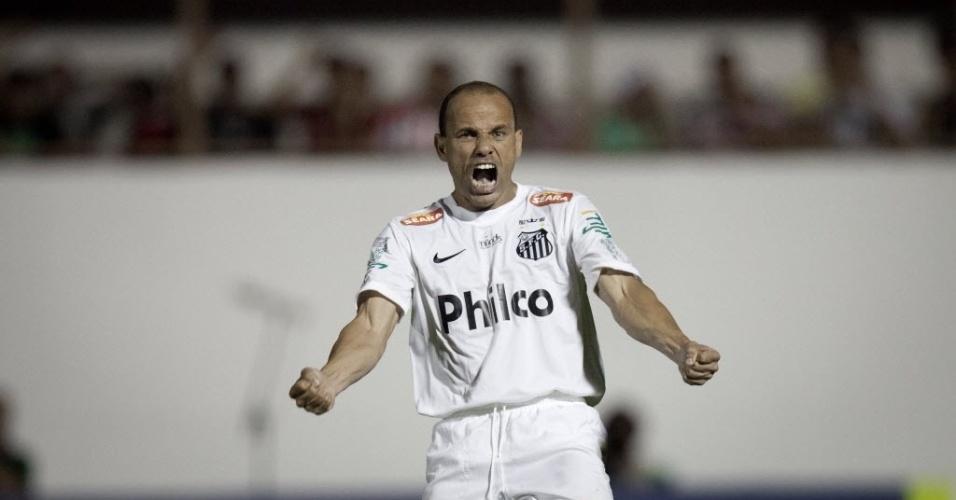 04.mai.2013 - Léo, lateral esquerdo do Santos, vibra bastante após converter sua cobrança de pênalti na disputa contra o Mogi Mirim