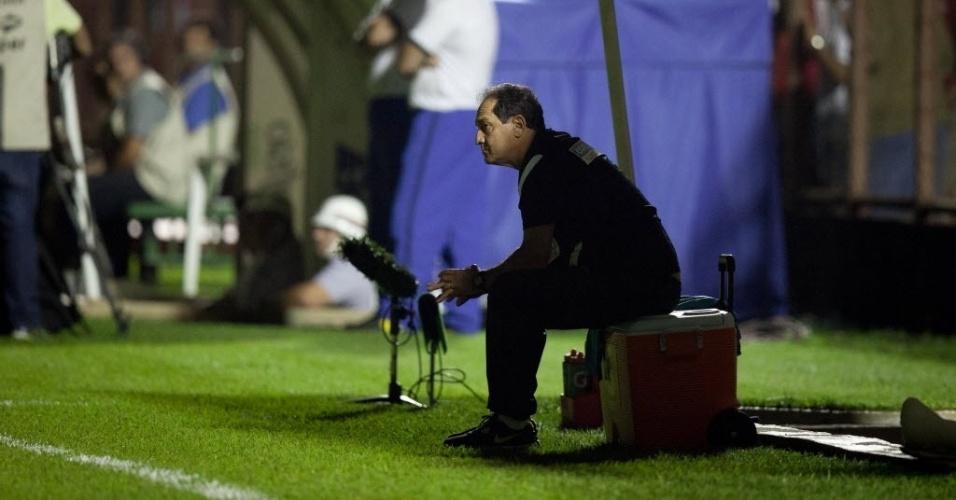 04.mai.2013 - Muricy Ramalho, técnico do Santos, assiste ao jogo contra o Mogi Mirim sentado na caixa de isotônico do clube
