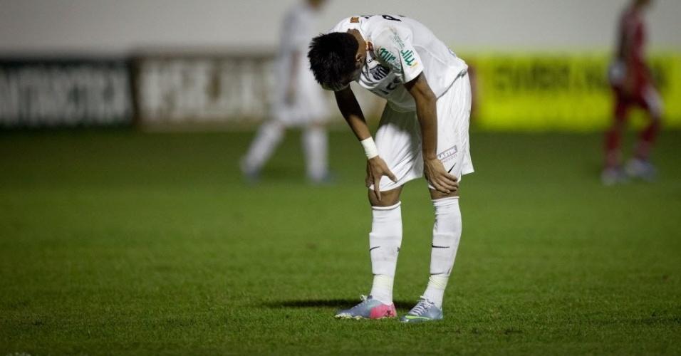 04.mai.2013 - Neymar, atacante do Santos, lamenta chance desperdiçada durante a partida contra o Mogi Mirim