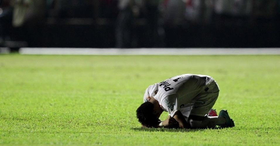 04.mai.2013 - Neymar se ajoelha no gramado e festeja classificação do Santos à final do Paulistão, após vitória sobre o Mogi Mirim, nos pênaltis