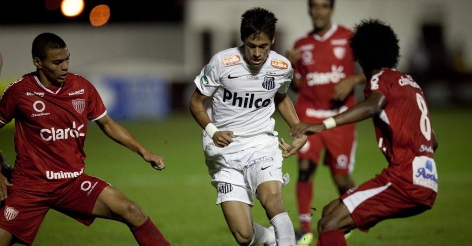 04.mai.2013 - Neymar tenta passar pela marcação de dois jogadores do Mogi Mirim durante duelo no interior de São Paulo